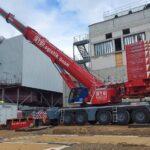 500 t Kran hebt die GDRA von Transporter auf die fertiggestellten Fundamente - Schwenkbereich am gefüllten heißen Wärmespeicher vorbei waren nur knapp 2,0 m